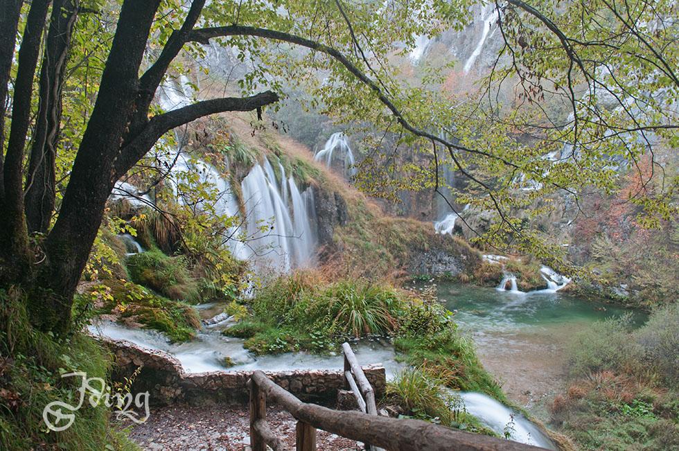 Ab hier fließen der Fluß Plitvice und die Gewässer der Plitvicer Seenlandschaft als Fluß Korana ins Tal