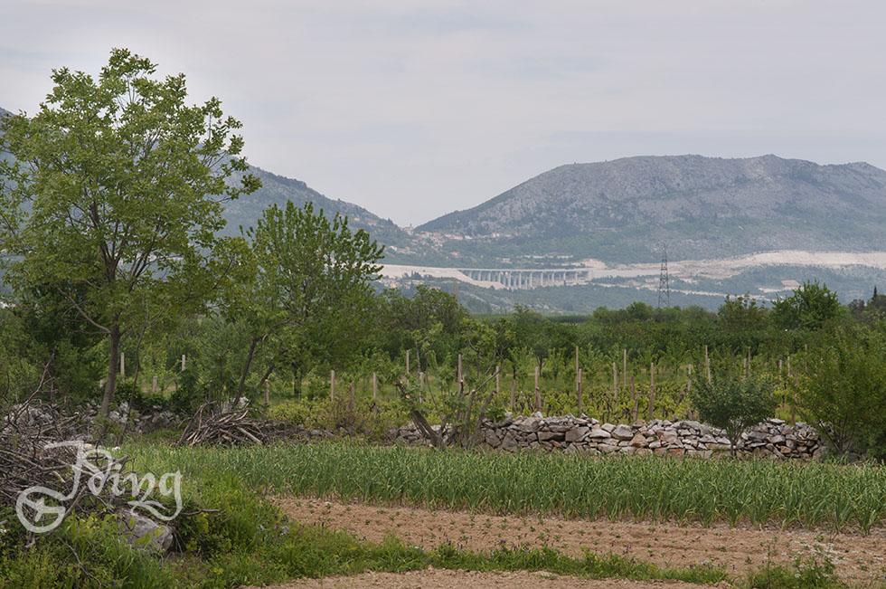 Ganz weit hinten die weiteren Ausbauarbeiten an der Autobahn Split - Dubrovnik