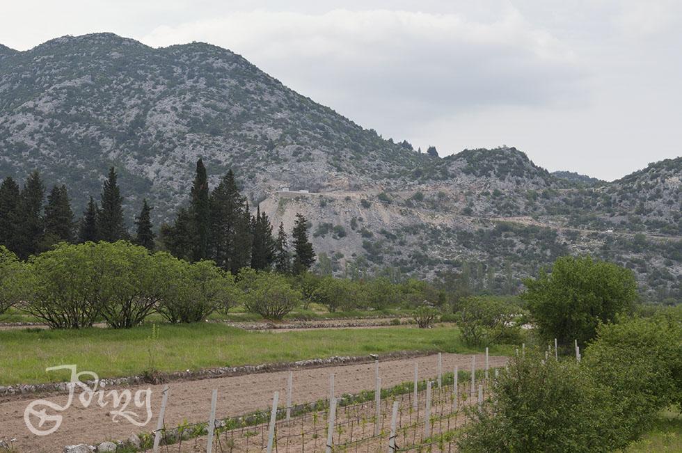 Hinter diesen Bergen endet die kroatische A1 zur Zeit. Man kommt über Serpentinen auf die Landstraße.