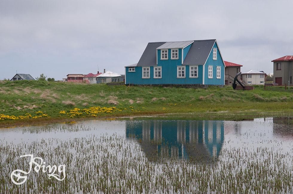 Die Isländer lieben bunt angestrichene Häuser ebenso wie museale und künstlerische Gegenstände, mit denen sie ihre Umgebung schmücken.