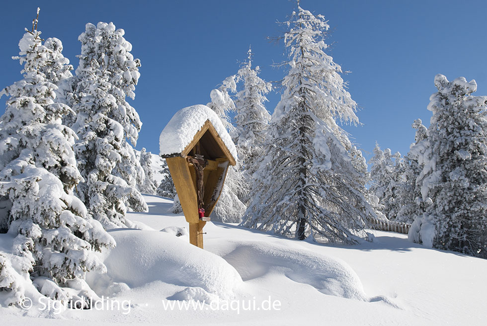 Wegkreuz im Schnee