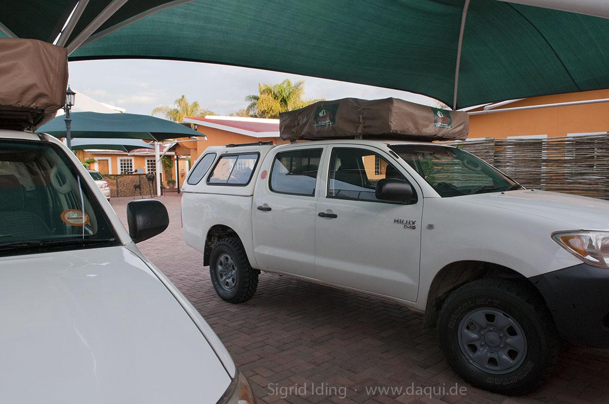 Auf dem gut gesicherten Hof der Casa Piccolo strahlen hier noch zwei blankpolierte, saubere Autos.
