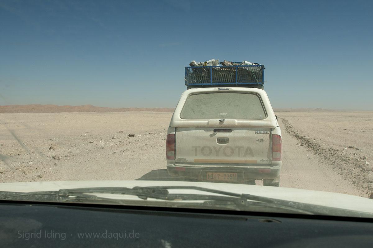 """Mit zwei Autos unterwegs zu sein, beschert dem nachfolgenden Fahrer eine Menge Staub zu schlucken. Dafür sind Stefan und Nadine unsere """"Holzsammler""""."""