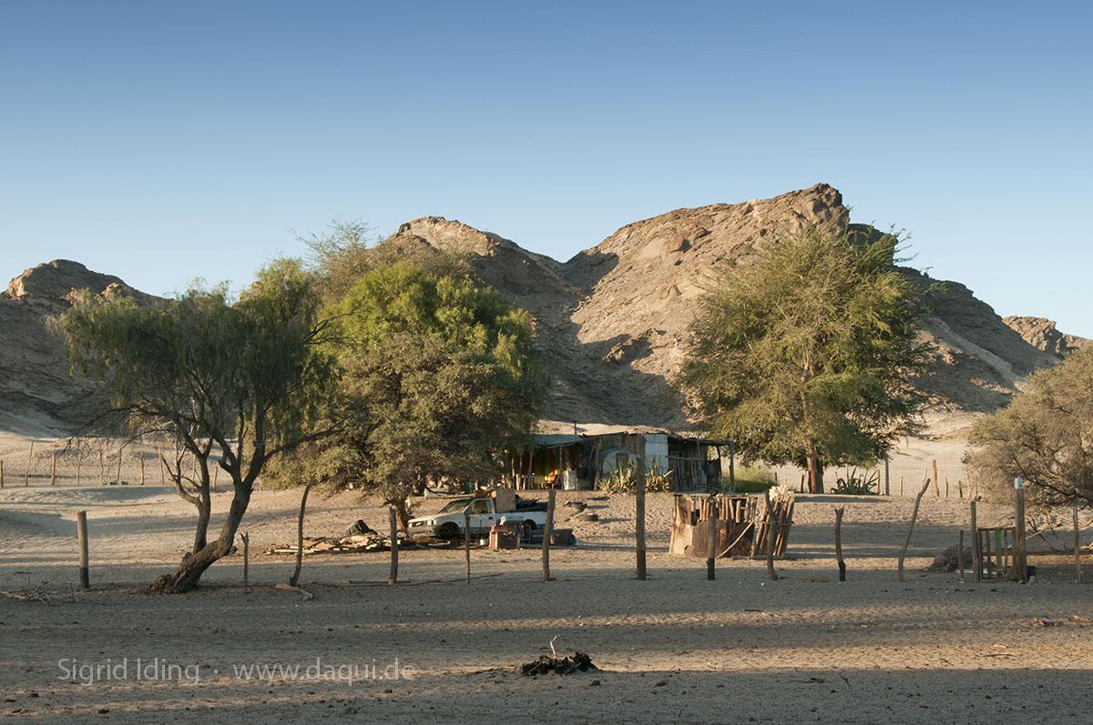 Auf der gegenüberliegenden Seite erheben sich die beigefarbenen Hügel der Steinwüste.