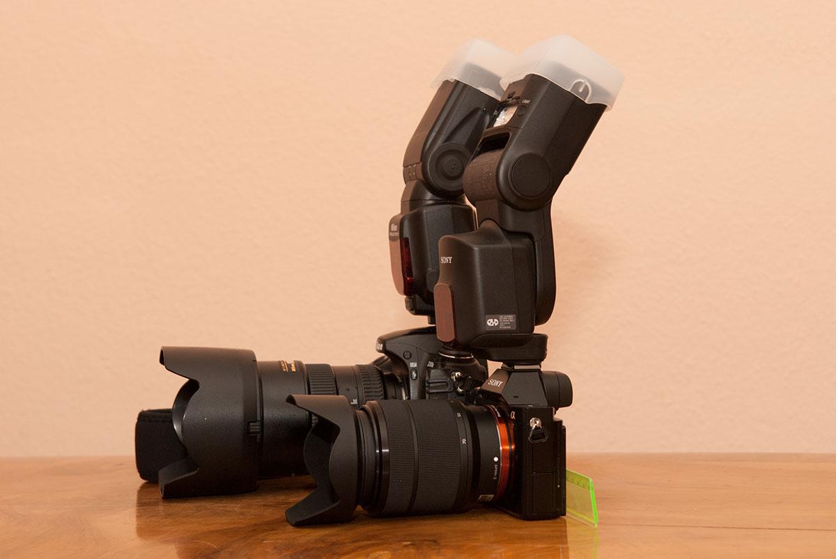 Größenvergleich Sony A7 : Nikon 300s mit aufgestecktem Blitz.