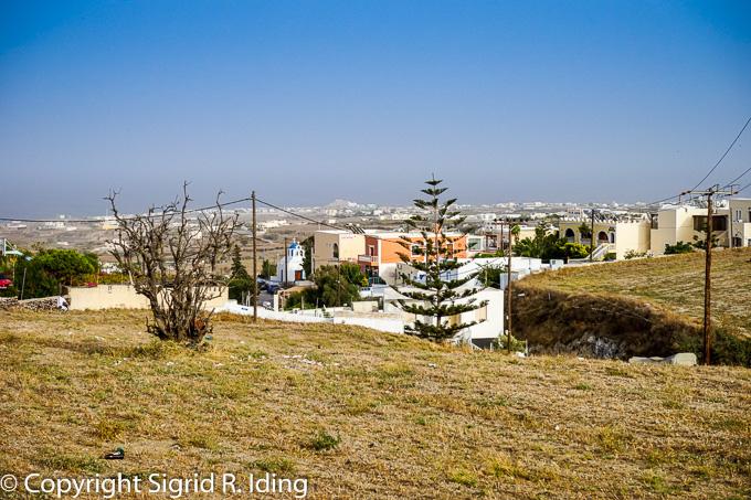 Danae Villa befindet sich unterhalb des Zentrums von Thira (neben dem orangefarbenen Haus)