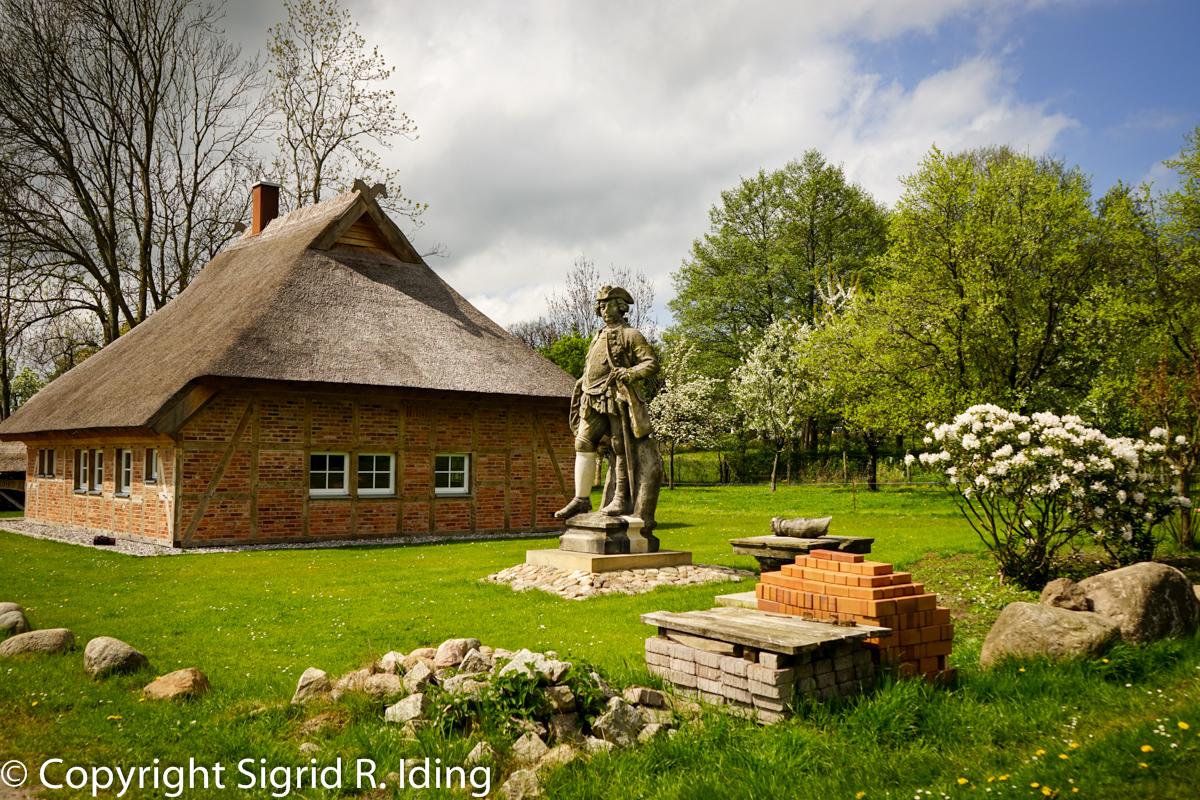 """Friedrich Wilhelm I. muss noch neben dem """"Verräterhaus"""" ausharren. Nur durch Verrat war er an Rügen gekommen, dafür musste er es bald wieder an die Schweden abgeben."""