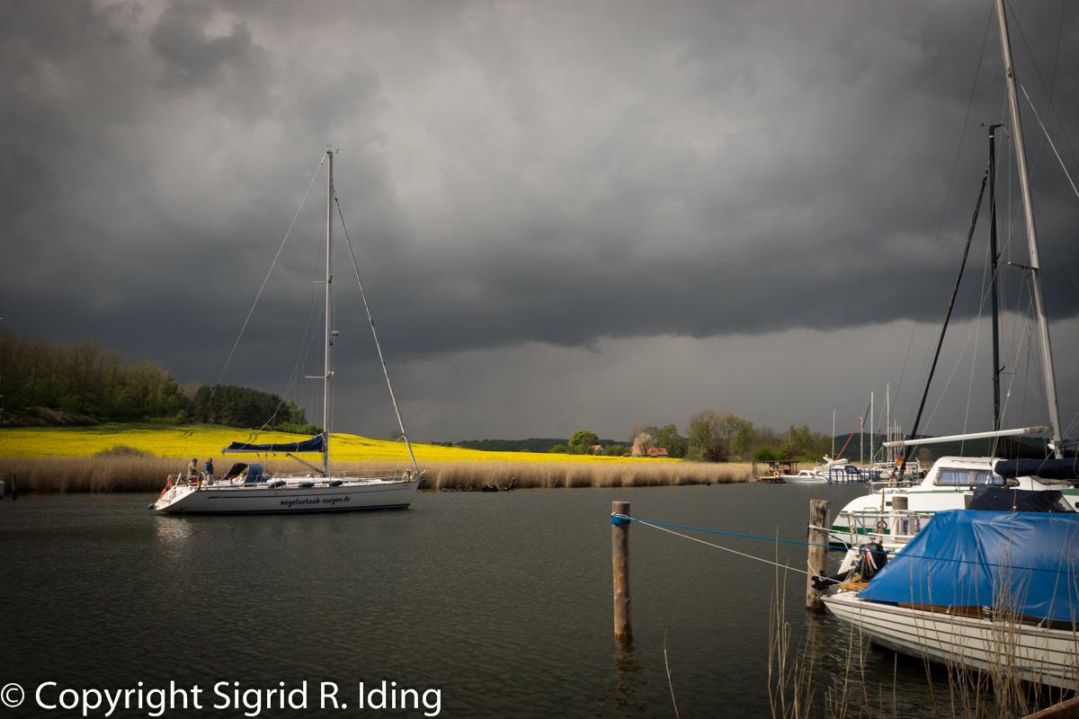 Diese Bootsbesatzung war gewiss froh, vor dem Unwetter den schützenden Hafen von Seedorf erreicht zu haben.