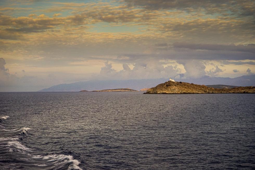 Die weiße Kirche auf der kleinen Landzunge von Paros.