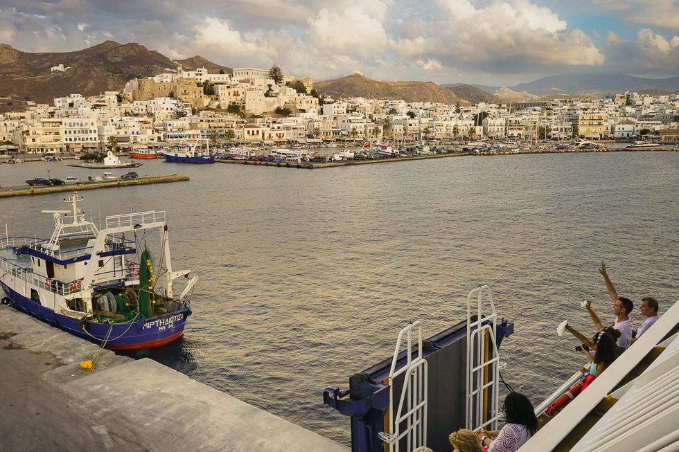 Auf Wiedersehen, Naxos. Hinter der Chora wird jetzt die weitläufige, stark zerklüftete Berglandschaft von Naxos sichtbar.