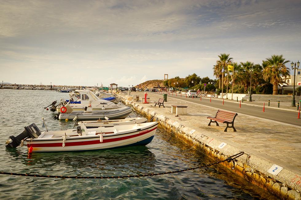 Die Hafenpromenade mit dem prähistorischen Apollon-Tempel, der Portara von Naxos im Hintergrund.