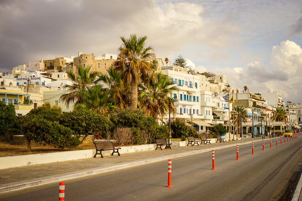 Die Chora von Naxos mit dem Venezianischen Kastell und der zum Hafen führenden Straße, welche an Sommerabenden den Spaziergängern und spielenden Kindern gehört.
