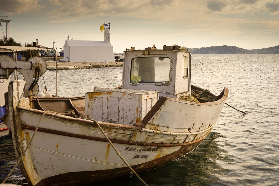 Fischerboot im Hafen der Chora