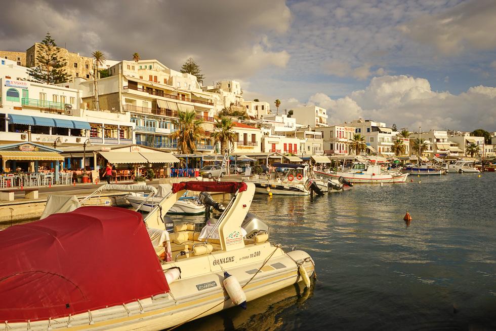 Der kleine Yachthafen in der Chora.