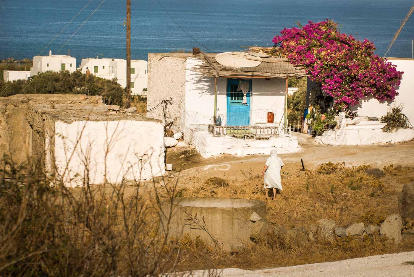 Anna vor ihrem Haus auf Naxos