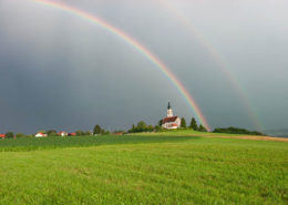 Regenbogen über der Kirche St. Michael in Alxing