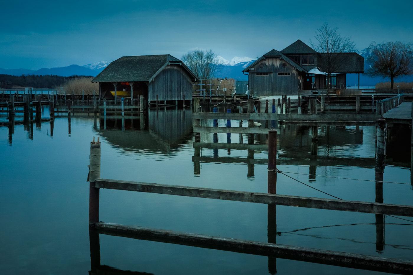 Hütten des Regattavereins Seebruck in der blauen Stunde