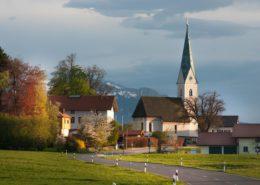 Farbenprächtige Frühlingsabendstimmung in Gollenshausen am Chiemsee. Mit Kirche