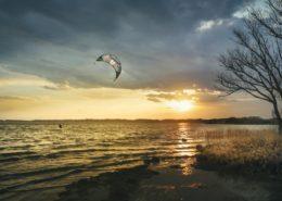 Kitesurfer am Chiemsee bei Sonnenuntergang