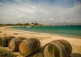 Weinfässer am Strand von Agia Anna Naxos