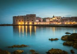 Dubrovnik Altstadt mit Festungsmauer zur blauen Stunde