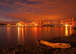 Beleuchtete Forth Rail Bridge in Queensferry Schottland