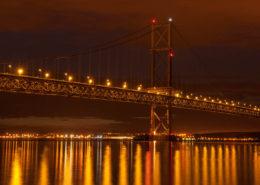 Beleuchtete Forth Road Bridge mit Spiegelungen