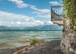 Ein historischer Balkon am Strand von Sirmione. Gardasee