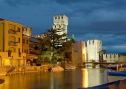 Scaligerburg in Sirmione am Gardasee in der Nacht