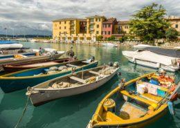 Bunte Boote im Hafen von Sirmione Gardasee