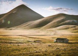 Hütte mit Viehtränke vor der Saison im Gran Sasso