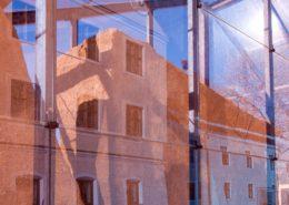 Glaskunst im Park von Kloster Seeon. Mit Blue&Gold-Filter fotografiert