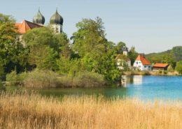 Kloster Seeon und St. Walpurgis an einem Sommertag