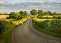 kleine Landstraße in Yorkshire im Abendlicht