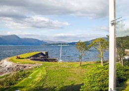 Blick aus dem Fenster am Ufer des Loch Linnhe Schottland