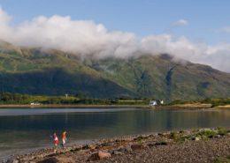 Zwei Jungen spielen am Ufer des Loch Linnhe Schottland