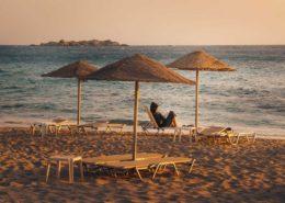 Frau lesend auf Liegestuhl am Plakastrand Naxos