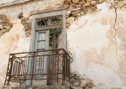 Alter Balkon an einem verfallenen Haus in Naxos-Chora