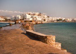 Spaziergänger auf der Portara-Mole vor Naxos Chora