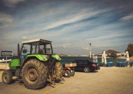 Fahrzeuge am Hafen von Agia Anna Naxos