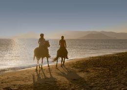 Zwei Reiterinnen am Strand von Naxos