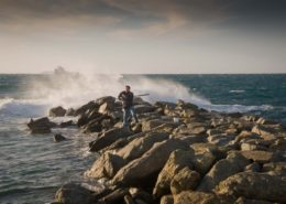 Angler in der Brandung auf Wellenbrecher Naxos