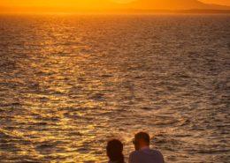 Paar im Sonnenuntergang auf Portara Hügel Naxos