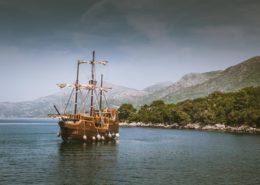 Schiff an der Küste vor Dubrovnik