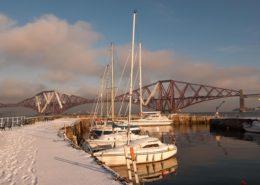 Boote an einem Wintertag vor der Forth Rail Bridge Schottland