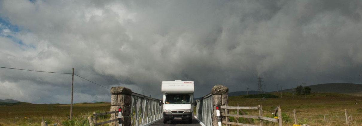 Wohnmobil auf der letzten Brücke vor Rannoch Station Scotland