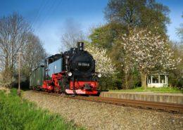 Dampf-Lok betriebene Kleinbahn Rasender Roland auf Rügen
