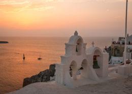 Kirche und Boote im Sonnenuntergang Oia Santorin