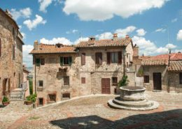 Ein Bergdorf mit Brunnen in der Toskana