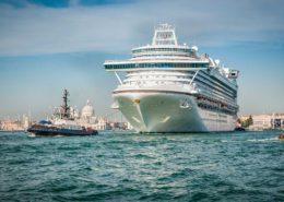 Riesen-Kreuzfahrtschiff in der Lagune von Venedig